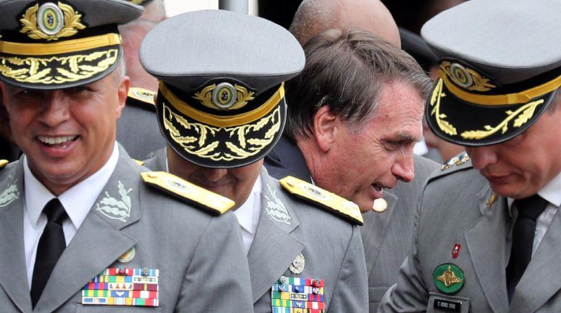 Resultado de imagen para bolsonaro aislado militares
