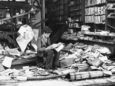 niño leyendo en Londres bombardeada